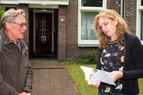 Wim Weyers, bestuurslid Buurtplatform Wedren -Julianapark biedt wethouder Tiemens een door ons uitgeven boekje aan over de verloedering van de 19e eeuwse schil.