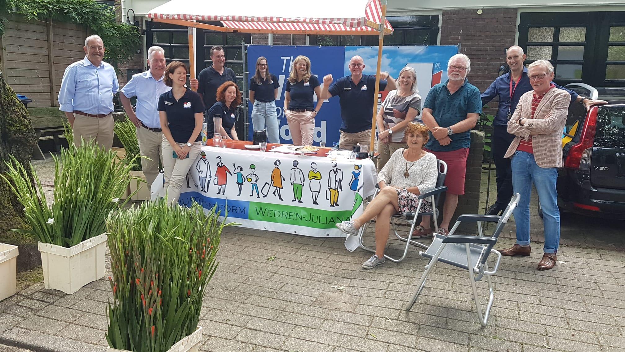 Bestuursleden van het 4-daagse comité en van Buurtplatform Wedren-Julianapark en medewerkers